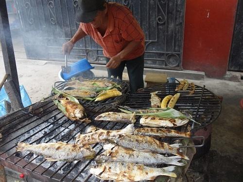 ベレン市場にて、幻の超高級魚アロワナでランチ_c0030645_09452442.jpg