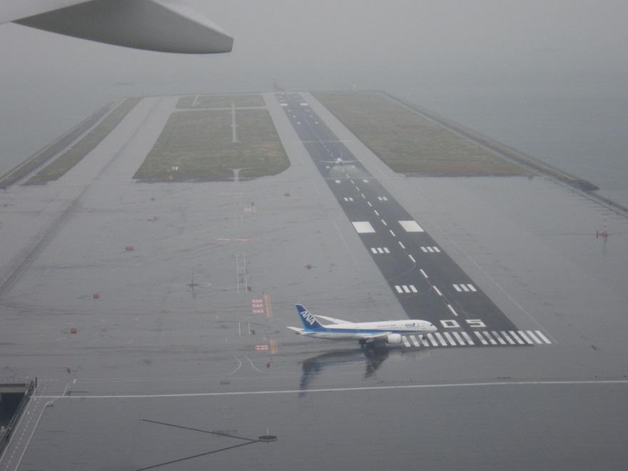 雨が降る中での羽田空港・・_d0202264_846264.jpg