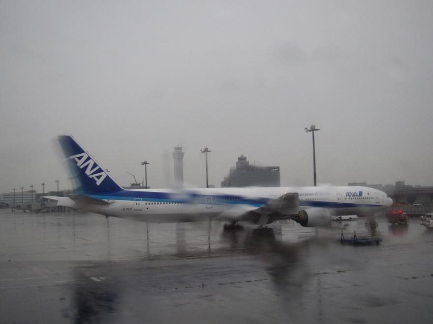 雨が降る中での羽田空港・・_d0202264_8475073.jpg