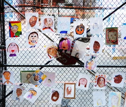 NYの小学校にいーっぱい貼り出されてる子どもたちが描いた絵_b0007805_06234527.jpg