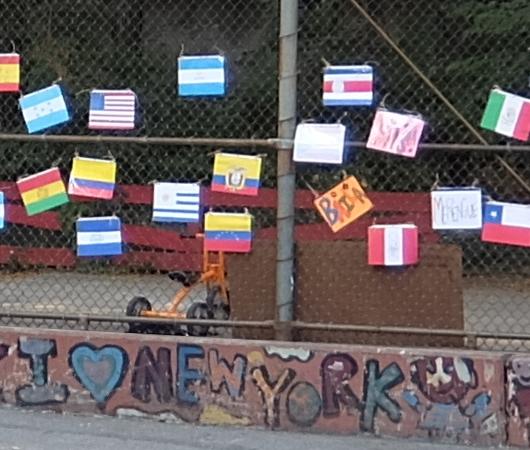 NYの小学校にいーっぱい貼り出されてる子どもたちが描いた絵_b0007805_06313957.jpg