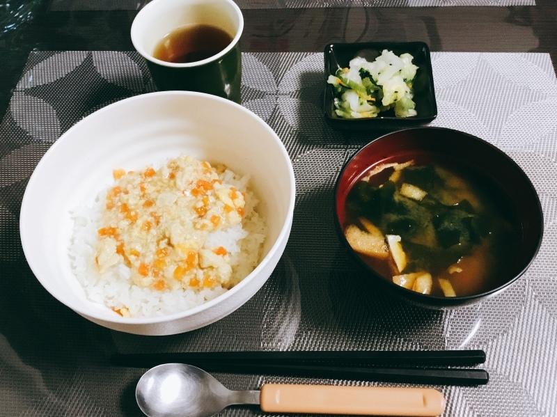 🌻ひまわり荘 朝食:炒り豆腐丼  白菜と小松菜和え  みそ汁_c0357519_07291440.jpeg