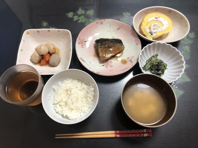 しらゆり荘 夕食 さばの梅煮 里芋の煮物 ほうれん草の白和え ご飯 豆腐味噌汁 ロールケーキ_c0357519_17353522.jpeg