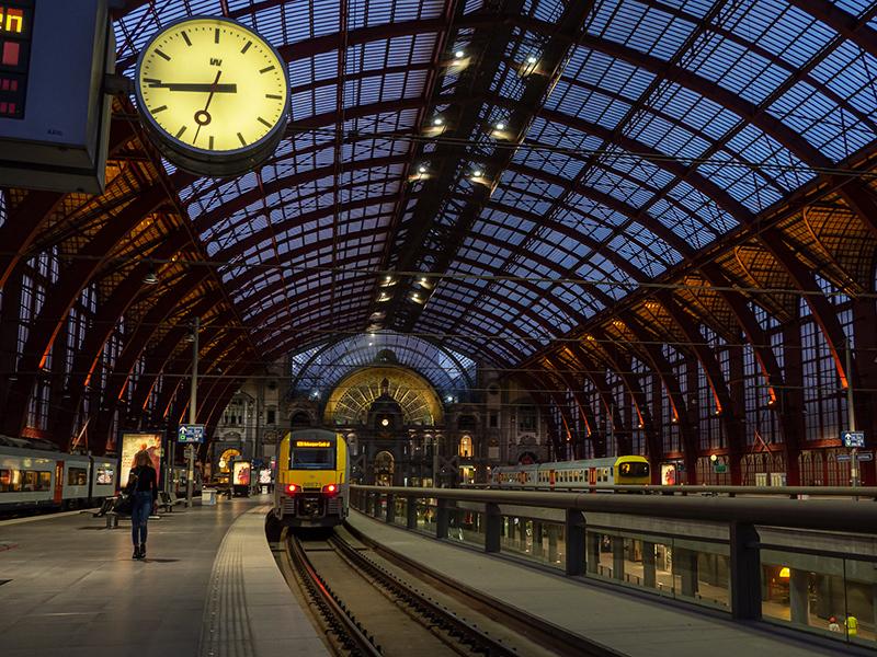 ベルギー・12 夜のアントウェルペン中央駅_a0003650_23115812.jpg