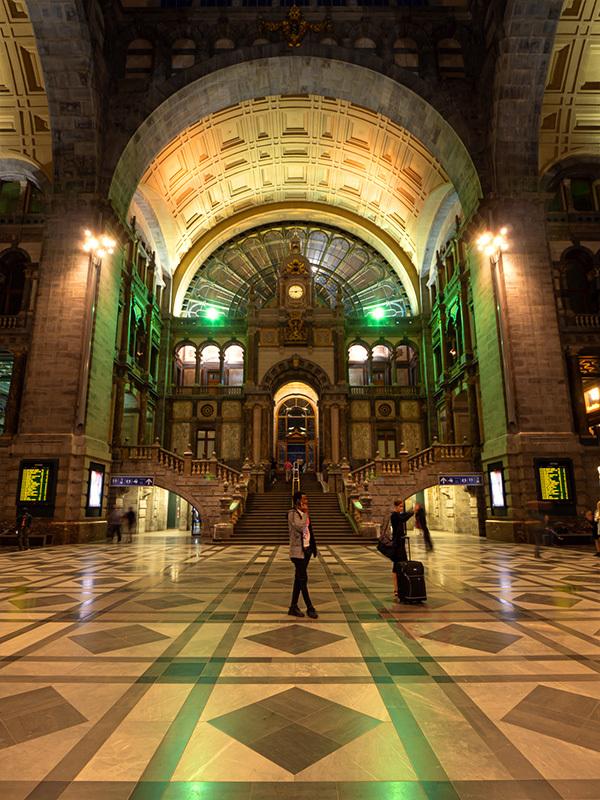 ベルギー・12 夜のアントウェルペン中央駅_a0003650_23125989.jpg