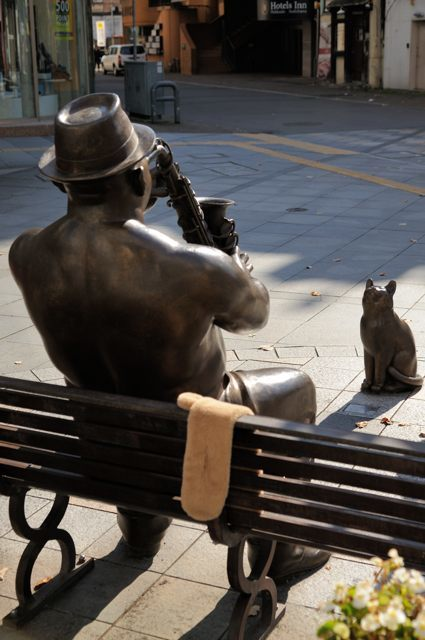買物公園通りのサキソフォン吹きと猫_c0081462_22595399.jpg