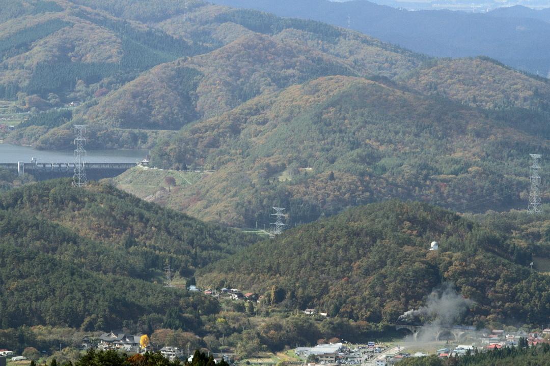 山の上の田瀬湖と山の下のめがね橋を渡る汽車 - 2019年紅葉・釜石線 -_b0190710_14165533.jpg
