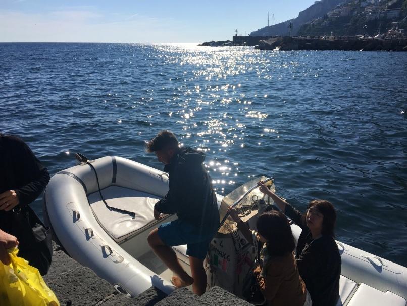 南イタリアユキキーナツアー4日目② アマルフィの海をゴムボートで駆ける。_d0041729_12264154.jpg