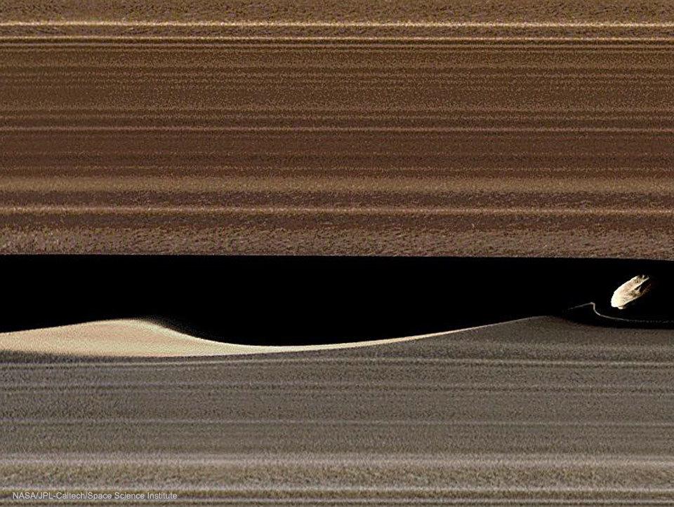 探査機カッシーニが捉えた土星の衛星ダフニスと土星のA環のキーラーの空隙_d0063814_09485042.jpg