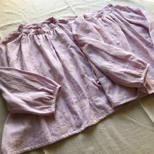 刺繍生地のスタンドカラーブラウス ピンク色_c0247253_09062711.jpg