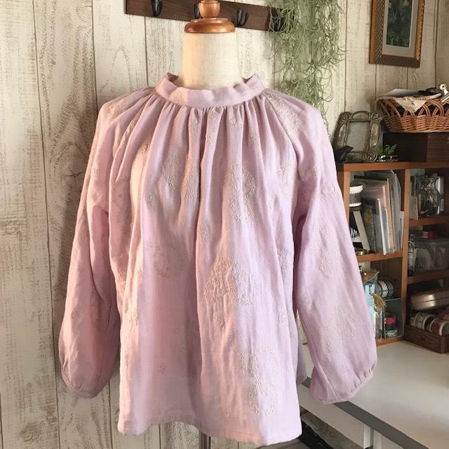 刺繍生地のスタンドカラーブラウス ピンク色_c0247253_09063912.jpg