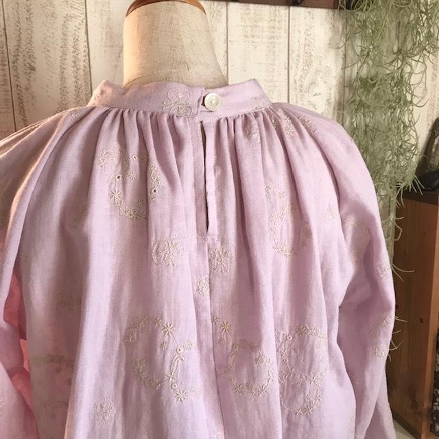 刺繍生地のスタンドカラーブラウス ピンク色_c0247253_09065203.jpg