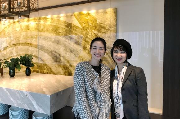 お互いファンの蜷川 有紀 さんの絵が飾ってあるfourseasons のレストラン_d0339705_10372876.jpg