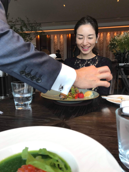 お互いファンの蜷川 有紀 さんの絵が飾ってあるfourseasons のレストラン_d0339705_10433395.jpg
