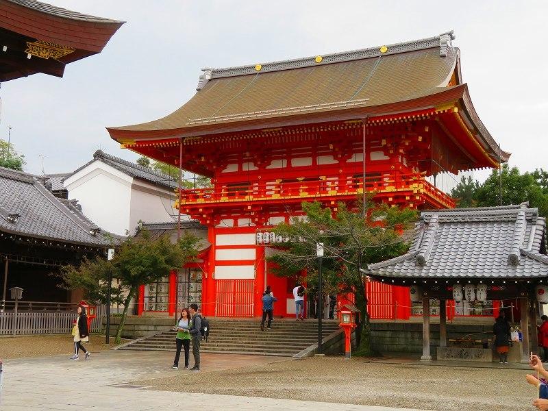 いつも賑わう「八坂神社」20191111_e0237645_22444392.jpg
