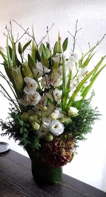 絵の個展のお祝いにアレンジメント。「白~グリーン」。東京都中央区銀座の画廊に発送。2019/11/11着。_b0171193_01085461.jpg