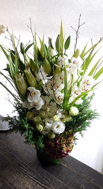 絵の個展のお祝いにアレンジメント。「白~グリーン」。東京都中央区銀座の画廊に発送。2019/11/11着。_b0171193_01085686.jpg