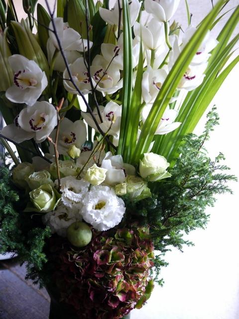 絵の個展のお祝いにアレンジメント。「白~グリーン」。東京都中央区銀座の画廊に発送。2019/11/11着。_b0171193_01085696.jpg