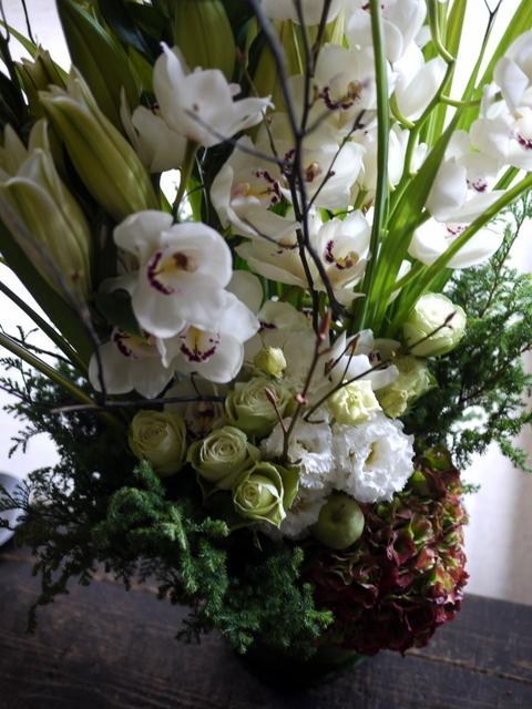 絵の個展のお祝いにアレンジメント。「白~グリーン」。東京都中央区銀座の画廊に発送。2019/11/11着。_b0171193_01090119.jpg