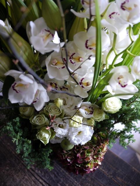 絵の個展のお祝いにアレンジメント。「白~グリーン」。東京都中央区銀座の画廊に発送。2019/11/11着。_b0171193_01090467.jpg
