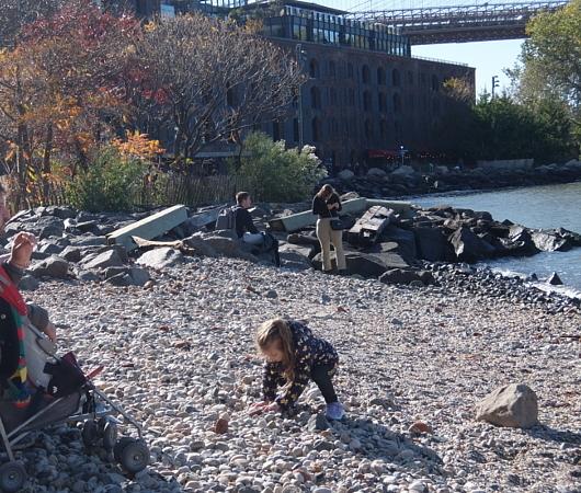 ブルックリン、Dumboにある人工海岸、Pebble Beach_b0007805_10450095.jpg