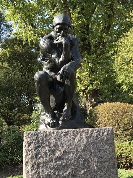 西洋美術館前庭の彫刻と駅からの近道エレベーター_e0397389_10365923.jpeg