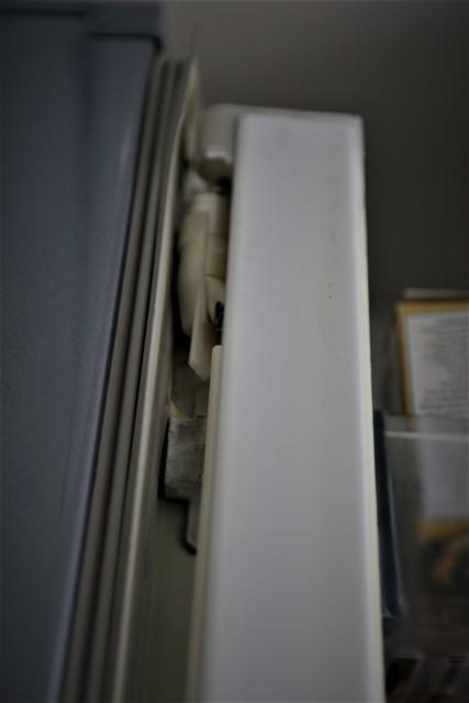 冷蔵庫のフレンチドア部品が劣化 _f0229190_13343354.jpg