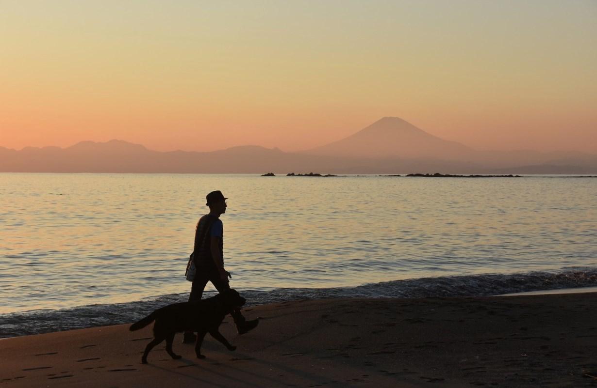 一色 浜辺を歩く人_d0065116_21114511.jpg