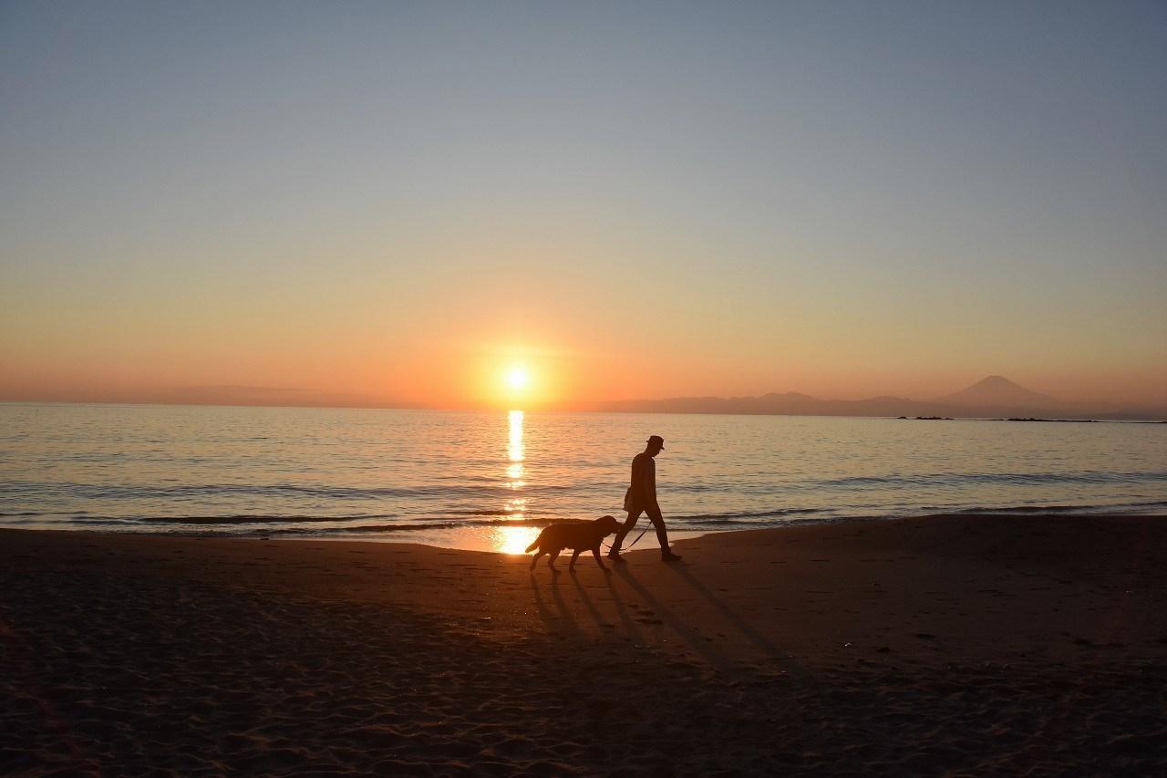 一色 浜辺を歩く人_d0065116_21124454.jpg