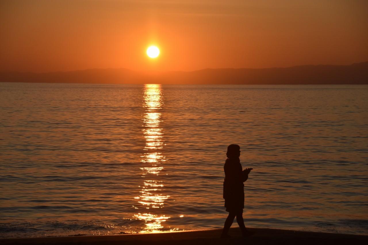 一色 浜辺を歩く人_d0065116_21141046.jpg