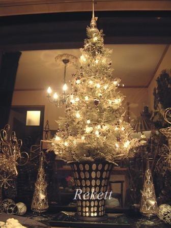 出窓をシンプルなクリスマスツリーでディスプレイ!_f0029571_23223903.jpg