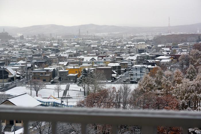 自転車の雪囲いと市内の初雪_c0182775_15544162.jpg
