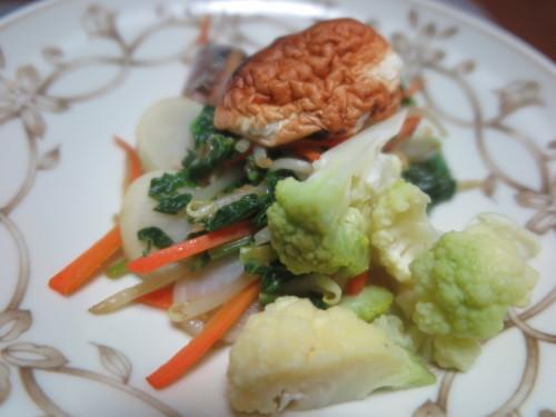 朝:サラダ、トースト&野菜ジュース 昼:醤油焼き🍙&おでん 夜:ごぼう御飯、サラダ、菊のお浸し&柿の胡桃和え_c0075701_22115540.jpg