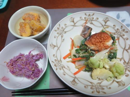 朝:サラダ、トースト&野菜ジュース 昼:醤油焼き🍙&おでん 夜:ごぼう御飯、サラダ、菊のお浸し&柿の胡桃和え_c0075701_22121367.jpg