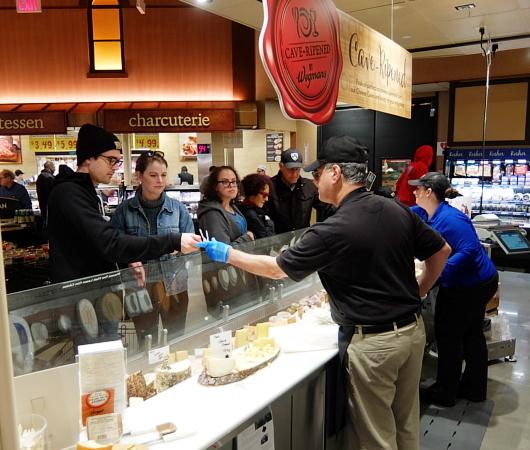 ウェグマンズのチーズ試食コーナーは「食」の体験型エンターテインメント_b0007805_03100324.jpg