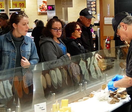 ウェグマンズのチーズ試食コーナーは「食」の体験型エンターテインメント_b0007805_03105498.jpg