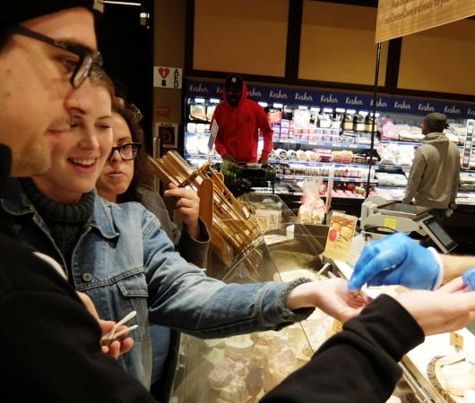 ウェグマンズのチーズ試食コーナーは「食」の体験型エンターテインメント_b0007805_03123859.jpg