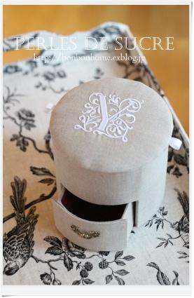 自宅レッスン  引き出し付き円筒形の箱 シャルニエの箱 ハート形の箱 ハウス型の箱 トレイ(大) キャレスタイル ナイトライト_f0199750_20470533.jpg