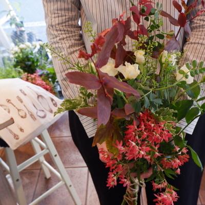 オークリーフ花の教室(落合さんの作品・秋バラをそれぞれの花束に・・)_f0049672_19175452.jpg