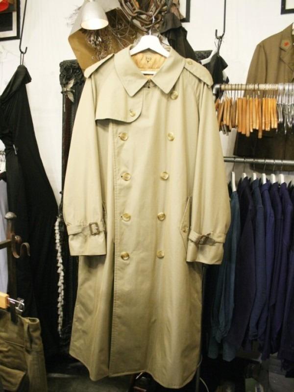 お休みをいただき散歩です。 入荷バーバリーのコート。ローデンクロス、一枚袖、カシミア_f0180307_03331520.jpg