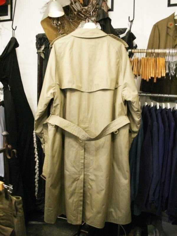 お休みをいただき散歩です。 入荷バーバリーのコート。ローデンクロス、一枚袖、カシミア_f0180307_03331571.jpg
