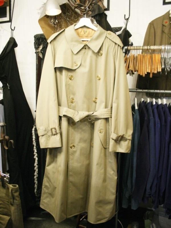 お休みをいただき散歩です。 入荷バーバリーのコート。ローデンクロス、一枚袖、カシミア_f0180307_03331665.jpg
