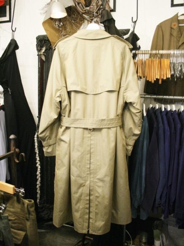 お休みをいただき散歩です。 入荷バーバリーのコート。ローデンクロス、一枚袖、カシミア_f0180307_03331701.jpg