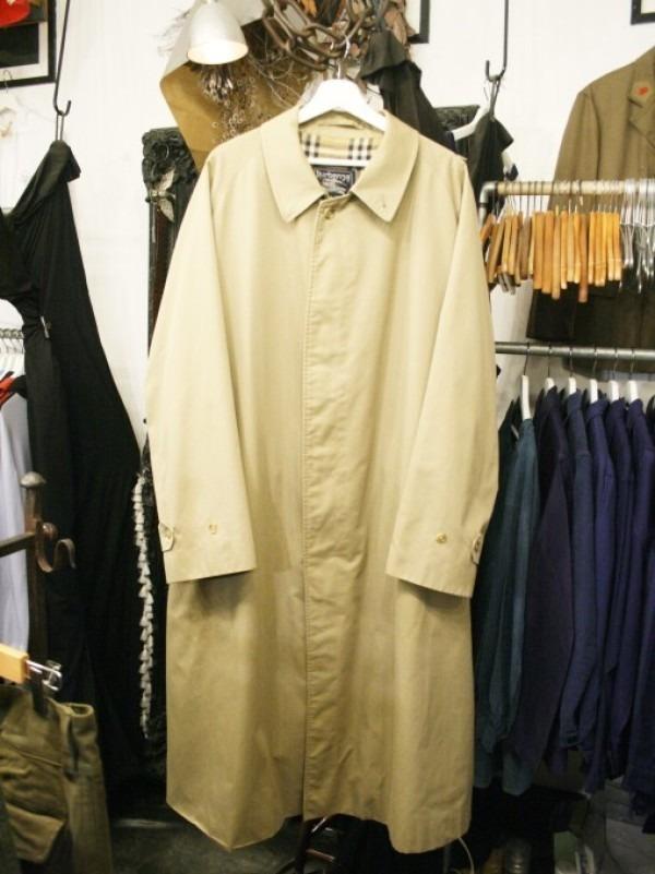 お休みをいただき散歩です。 入荷バーバリーのコート。ローデンクロス、一枚袖、カシミア_f0180307_03345841.jpg