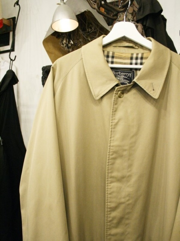 お休みをいただき散歩です。 入荷バーバリーのコート。ローデンクロス、一枚袖、カシミア_f0180307_03345985.jpg