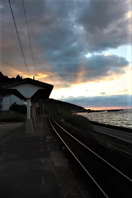 藤田八束の鉄等写真@ここは夕日で有名な下灘駅、松山から列車で40分夕日の絶景に逢いました_d0181492_19572215.jpg