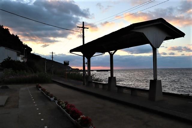 藤田八束の鉄等写真@ここは夕日で有名な下灘駅、松山から列車で40分夕日の絶景に逢いました_d0181492_19580631.jpg