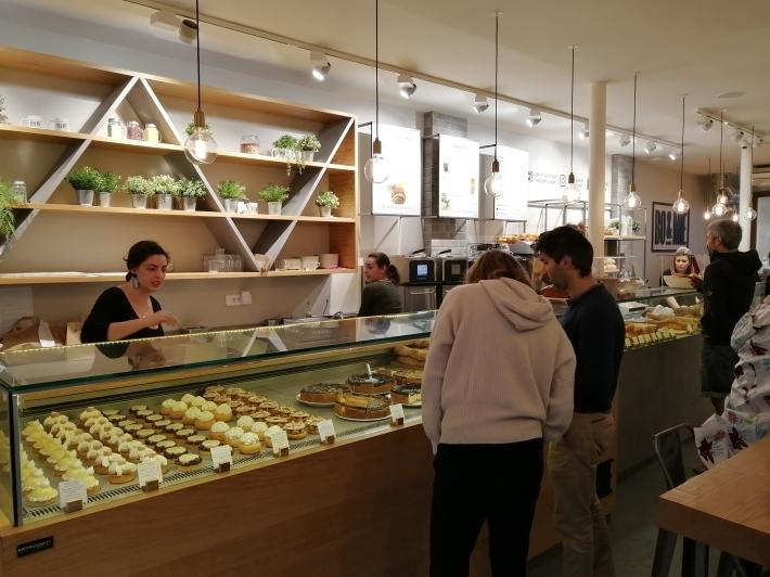 パリ 人気のパン屋さんで朝食♪_b0060363_14125584.jpg