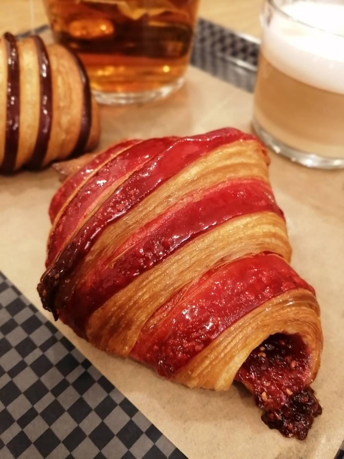 パリ 人気のパン屋さんで朝食♪_b0060363_14184762.jpg