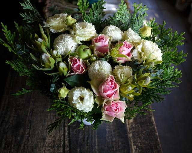 お母様の七回忌にアレンジメント。「バラやトルコキキョウを使って」。2019/11/23。_b0171193_21544906.jpg